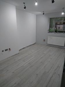 15.-b3-12mm-laminate-flooring